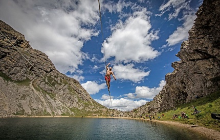 Slackline Show at the Boé lake